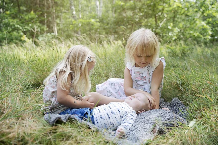 Fotograf ifårn markaryd som fotograferar familjefoto på fin familj i markaryd - Fotograf Emy