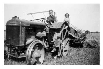 Kvinnor i gammal traktor