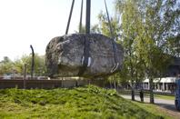 Stenen väger 15 ton. Bilden är från flytten av stenen i maj 2016. Foto Georg Kristiansen.