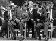 Kung Olav V och kung Carl XVI Gustaf vid överlämnandet av minnesstenen 1983. Foto Kjell Dike/SvD/TT/scanpix