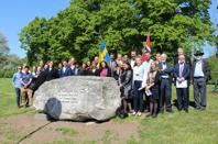Studenter från Oslo och Uppsala samlade vid minnesstenen. Foto Elisabeth Lien.