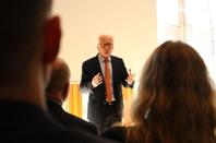 Ambassadör Kai Eide föreläser vid seminariet med studenterna. Foto Kristoffer Alm.