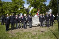 Norska polissoldatveteraner samlade vid minnesstenen. Foto George Kristiansen.