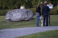 Minnesstenens nya plats vid Folke Bernadottes väg. Vid stenen finns en informationsskylt. Foto Mats Wallenius