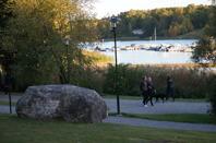 Minnesstenen ligger vid Folke Bernadottes väg. Den går längs med Djurgårds-brunnsviken. Foto Mats Wallenius.
