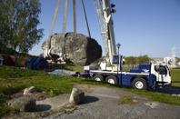 Bidragsgivarna möjliggjorde att en speciell kranbil kunde användas för att flytta den 15 t tunga stenen. Foto Geprg Kristiansen