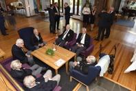Norges ambassad bidrog i planeringsarbetet och bjöd på lunch vid återinvigningen den 29 maj 2016. På bilden ses några av de norska krigsveteranerna sittande i ambassaden. Foto Georg Kristiansen