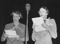 Radiosamtal mellan Eleanor Roosvelt (till vänster) och kronprinsessan Märtha. Samtalet sändes i hela USA under krigsåren. Det var en av många insatser för opionsbildning för Norges sak som hon gjorde under sin vistelse där. Foto De kongelige samlinger.