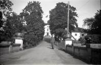 Mauritzbergs slott sommaren 1944 med den norska flaggan på slottstaket och en soldat i förgrunden. Bild Erlend Grøstad.