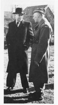Dåvarande statssekreterare Tage Erlander (till vänster) i samtal med den norska översten och militärattachén Ole Berg. Bilden är från generalrepetitionen i Järvsö i april 1945 och finns i skriften De norske polititroppene i Sverige 1943-1945.