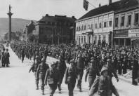 Polistrupperna från Sverige marscherar in i Trondheim den 9 maj 1945 i moderna svenska uniformer och hjälmar. Bild från Willhelm Pirros arkiv.