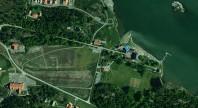 """Satelittbild på motsvarande område vid dagens Mauritzberg. Markören med en """"1"""" markerar slottet med dess två flyglar."""