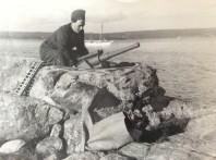 """Bild på ett """"kustfort"""" på en kobbe utanför Mauritzberg sommaren 1944. I bakgrunden syns Boulette. Bild Erlend Grøstad."""