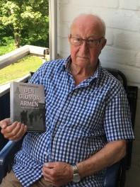 Bild på Egil Magnussen 2018 med Anders Johansson bok Den glömda armén. Bild Mats Wallenius. Bild till vänster tagen av Egil vid Mauritzbergs slott våren 1944.