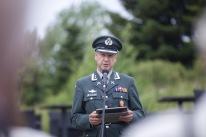 Stabschefen för Norska försvarets museer, Stein W Aasland, håller ett tal om kättingens historia och läser dikten Norge brenner.
