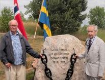 Krigsveteranerna Egil Magnussen (till vänster) och Thor Hofsbro vid minnesstenen 2018. Båda besökte Mauritzberg under krigsåren.