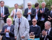 Krigsveteranen Thor Hofsbro på väg fram till minnesstenen för att tala. Till vänster om honom Lars Engqvist, Svensk-norska samarbetsfonden, och till höger Anders Björck, tidigare försvarsminister.