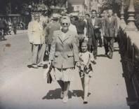 Evelyn med sin mamma gående i Norrköping under krigsåren.