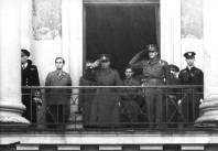 Greve Folke Bernadotte (till vänster i bild) tillsammans med Norges kronprins Olav gör honnör för det norska folket från Slottsbalkongen i Oslo den 17 maj 1945.