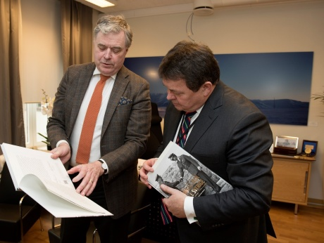 Boken Norges tack överlämnas den 2 mars 2017 av fondens direktör Mats Wallenius till Øystein Bø, statssekreterare i norska försvarsdepartementet