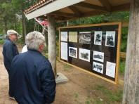 Vid minnesstenen finns en informationsskylt om verksamheten vid Älgberget under krigsåren.