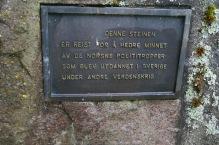 Ett exempel på en metallplatta på en minnessten. På bilden plattan på stenen i Bäckehagen.