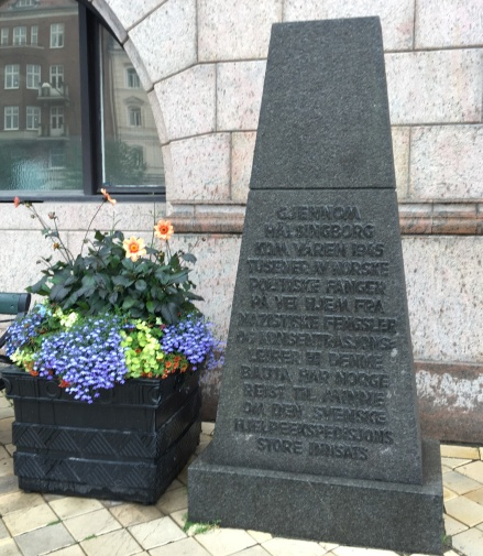 Minnessten utanför Rådhuset i Helsingborg. Stenen är ett tack från Norge för de svenska hjälpexpeditionerna av norska krigsfångar från Nazi-Tyskland våren 1945.