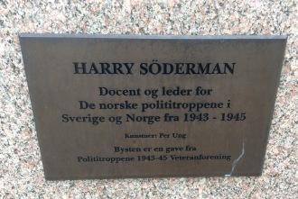 Plakett vid Harry Södermans byst.