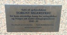 Plaketten vid Torgny Segerstedts byst.