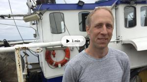 Fiskaren Mikael Johnsson i Böda hamn på Öland hoppas få bättre avsättning för den strömming han tar upp ur Östersjön. Foto: Kaisa Lappalainen/SVT