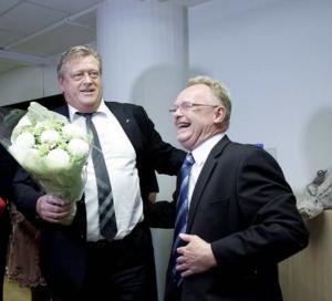 Fra seansen i Fiskeridepartementet mandag der nylig avgått fiskeriminister Per Sandberg (Frp) (til høyre) ga nøkkelen til etterfølgeren Harald Tom Nesvik (Frp). Foto: Gunnar Blöndal