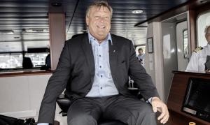SKIP O HOI: Fiskeriminister Harald Tom Nesvik fikk prøve sjefsstolen til reder Lars Einar Sandtorv (t.h), da Nesvik besøkte giganttråleren Brennholm onsdag. Foto: Tomm Wilgaard Christiansen