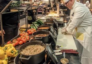 I holländska Jumbo Foodmarkt Utrecht har man integrerat restaurangdelen in i butiken, här finns både asiatiskt och mexikanskt att välja på. Foto: Valstar/Beeld Werkt