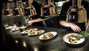 """""""våga bry dig lika mycket om maten du äter på restaurang som den du väljer i butik. Låt hållbara och certifierade råvaror bli en hjärtefråga även när du äter ute"""", skriver flera organisationer. Foto:"""