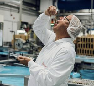 LAVT KLIMAAVTRYKK: Pelagisk fisk kommer best ut i klimasammenheng. På bildet poserer administrerende direktør i Ouwehand, Anton van der Plas, med en matjessild slik den nederlandske delikatessen skal