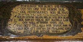 Bibelspråken över dörrarna i mangårdshusets stora sal är sannolikt hämtade ur Karl den XII bibel som användes fram till 1907.