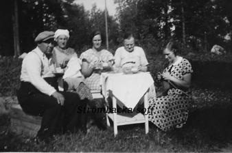 """FRÅN VÄNSTER EV. JOHAN BERGSMAN,LINA HELLBERG """"RUDOLFS-LINA"""",EV ANNA WAHLQVIST,GRINDSTU-BRITA, OKÄND."""