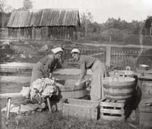 Det var ett hårt arbete att tvätta. Tvätten kördes till tvättplasen i skottkärra, omman hade någon sådan. Tvätten sköljdes alltid i sjön, sommar som vinter.