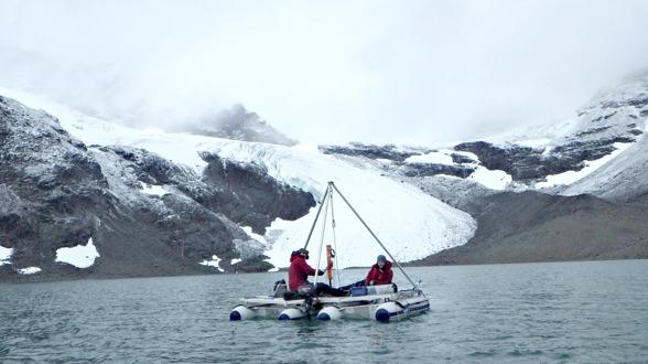 """Forskare från Norge provtar sediment i Tafalasjön. Foto av Gunhild """"Ninis"""" Rosqvist."""