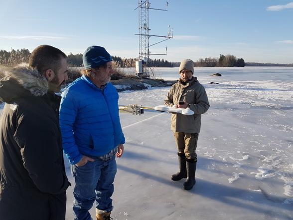 Don berättar om installationen av nettostrålningsgivaren över Erkens vattenyta för Pablo och William. Foto av Ola Langvall