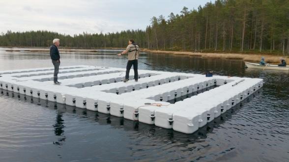 Peder paddlar ut SITES AquaNets plattform i Stortjärn. Foto Johannes Tiwari.