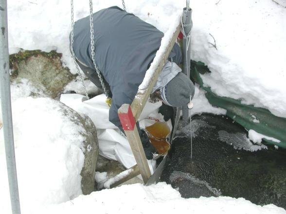 Flödesmätning i site 4 vintern 2008. Foto av Johannes Hedtjärn.