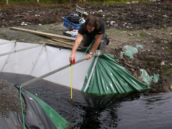 Första manuella mätningen i rännan på Degerö, sommaren 2008. Foto av Viktor Sjöblom.