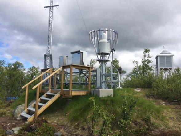 Ny SMHI synoptiskt väderstation vid Abisko naturvetenskapliga station med traditionell väderbur (sedan 1913) till höger i bakgrunden. Fotograf: Annika Kristofferson.