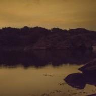 Kolsvart septembernatt . bara ljuset från Göteborg syns.