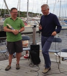 """Ola Andersson avtackas av Anders Lindberg som vikarierande """"skavlan"""""""