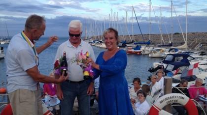 Trolle Lind och Christina Angsvik Tarstad avtackas för fyra magiskt Taubeinspirerade allsångskvällar på bryggan.