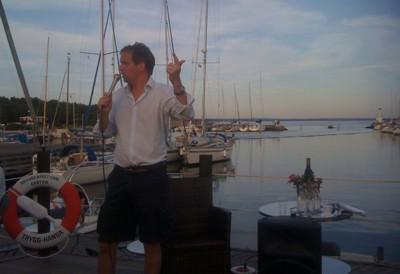 """Henrik von Sydow animerat och pedagogiskt vid sitt sommartal 2011 i Grötvik. Se """"nyheter"""" för fullt reportage!"""