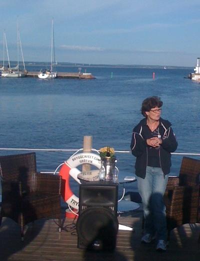 Lillian Westerberg, högste ansvarige för Tall Ship Races, beskriver hur det kommer att se ut i bakgrunden måndagen 8 aug från 1300 när 68 segelfartyg lämnar Halmstad för paradsegling mot Tylön. Grötvik blir tveklöst första parkett för att se fullriggarna så nära land som möjligt så välkomna ut till vår vackra miljö!