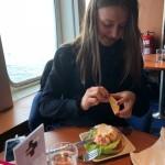 Glad dotter som får riktig mat